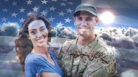 Animación de Digitaces del soldado americano que abraza a su esposa después del hogar que vuelve contra bandera americana almacen de metraje de vídeo