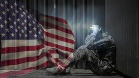 Animación de Digitaces del soldado trastornado del ejército que se sienta frente a bandera americana metrajes