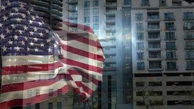 Animación de Digitaces de la bandera americana que se sacude contra los edificios en ciudad
