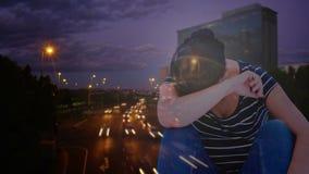 Animación de Digitaces de la mujer deprimida con la cabeza a mano contra ciudad almacen de metraje de vídeo