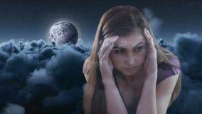 Animación de Digitaces de la mujer preocupante con la mano en la cabeza almacen de metraje de vídeo