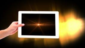 Animación de Digitaces de la mujer que celebra la tableta digital que muestra luces iluminadas