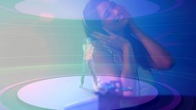 Animación de Digitaces de la mujer que juega el mezclador de sonidos en club nocturno metrajes