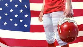 Animación de Digitaces de la situación del jugador del rugbi con el casco del rugbi contra bandera americana metrajes