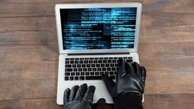 Animación de Digitaces de las manos de los piratas informáticos en el teclado del ordenador portátil