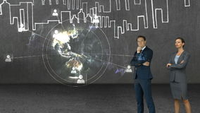 Animación de los hombres de negocios que miran el interfaz de la tecnología metrajes