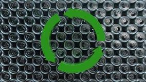 Animación de mover la muestra de reciclaje redonda en fondo de las latas de aluminio animación inconsútil del lazo del cgi 3d amb stock de ilustración
