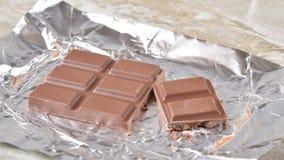 Animación de una barra del chocolate con leche que desaparece de la envoltura almacen de video