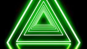 Animación triangular de neón Animación del túnel de neón que consiste en triángulos Fondo negro iluminado por el resplandor de ne stock de ilustración