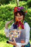 Animador hermoso de la actriz de la muchacha en el traje ucraniano nacional Foto de archivo libre de regalías
