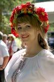 Animador hermoso de la actriz de la muchacha en el traje ucraniano nacional Fotos de archivo