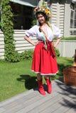 Animador hermoso de la actriz de las muchachas en el traje ucraniano nacional Fotos de archivo