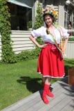 Animador hermoso de la actriz de las muchachas en el traje ucraniano nacional Foto de archivo libre de regalías