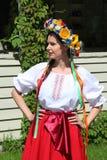 Animador hermoso de la actriz de las muchachas en el traje ucraniano nacional Imagen de archivo libre de regalías