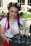 Animador hermoso de la actriz de las muchachas en el traje ucraniano nacional Foto de archivo