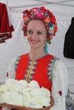 Animador hermoso de la actriz de las muchachas en el traje ucraniano nacional Fotos de archivo libres de regalías