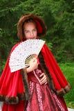 Animador joven y hermoso del artista de la muchacha en las señoras jovenes rusas del traje antiguo tradicional a las huéspedes ag Fotos de archivo libres de regalías