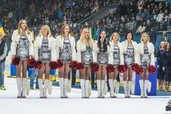 Animadoras de las muchachas de los zorros rojos del equipo para el partido Ucrania contra Rumania Foto de archivo