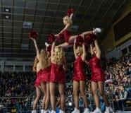 Animadoras de las muchachas de los zorros rojos del equipo para el partido Ucrania contra Rumania Imagenes de archivo
