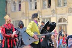 Animadores em trajes de disfarce no festival do riso e no humor em Odessa imagem de stock royalty free