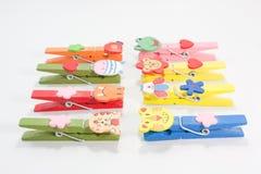 Animais multi-colored de madeira do pino de roupa. Foto de Stock