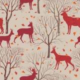 Animais no teste padrão da floresta do outono Fundo das folhas e das árvores da queda Imagens de Stock
