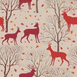 Animais no teste padrão da floresta do outono Fundo das folhas e das árvores da queda Imagens de Stock Royalty Free
