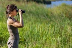 Animais selvagens de observação da mulher Foto de Stock