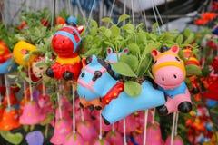 Animal coloré accrochant de jardin d'agrément dans le jardin Photo libre de droits