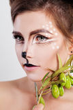 Animal de cerfs communs de jeune femme Visage avec le maquillage artistique photo stock