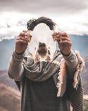 animal de crâne de participation d'homme faisant face à la caméra photographie stock libre de droits