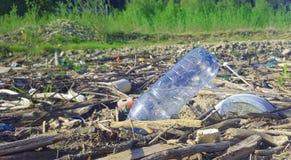 Animal de estimação ou na natureza conceito plástico da poluição fotos de stock