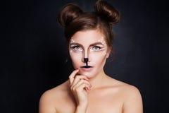 Animal de femme avec le maquillage artistique de Halloween sur le noir Photo libre de droits
