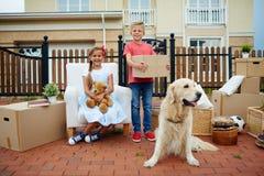 Animal familier et enfants Image libre de droits