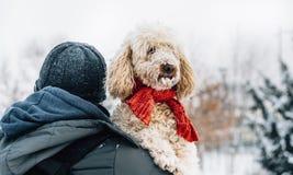 Animal familier heureux et son propriétaire ayant l'amusement dans la neige dans la saison des vacances d'hiver Émotion de vacanc photo libre de droits
