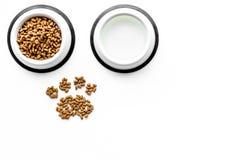 Animal familier sec - aliments pour chats dans la cuvette sur la moquerie blanche de vue supérieure de fond  Images stock