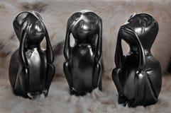 Animale tre neri di legno del giocattolo il piccolo, non vede, non sente, non parla su un fondo leggero immagini stock libere da diritti