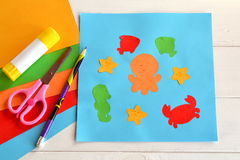 Animales de mar de papel en tarjeta azul Imagenes de archivo
