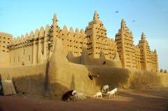 Animales delante de la mezquita del fango de Djenne Imágenes de archivo libres de regalías