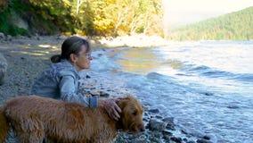 Animales domésticos morenos más viejos de la mujer su perro en la playa almacen de metraje de vídeo