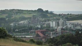 animales mezclados de trabajo y fabricación de la opinión de la fábrica del puerto 4K en el fondo de la naturaleza verde, almacen de metraje de vídeo