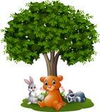 Animales salvajes de la historieta debajo del árbol Imágenes de archivo libres de regalías