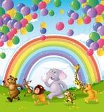 Animali che corrono sotto i palloni e l'arcobaleno di galleggiamento Immagini Stock Libere da Diritti