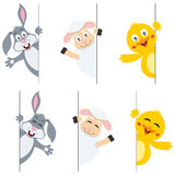 Animali di Pasqua che si appostano dietro l'insegna Fotografie Stock