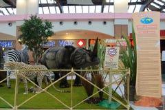 Animali, lo zoo con gli animali farciti durante il giro in Italia Immagine Stock