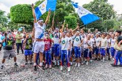 Animando con las banderas, Día de la Independencia, Antigua, Guatemala Fotografía de archivo libre de regalías