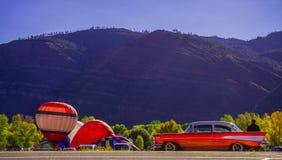 Animasdalballongen samlar med en Chevy 1957 fotografering för bildbyråer