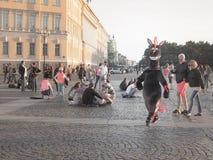 Animatie van beeldverhaalkarakters Animatie van beeldverhalen in het centrum van St. Petersburg Het vierkant van het paleis De zo Stock Fotografie