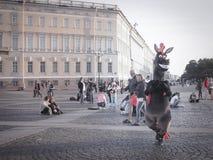 Animatie van beeldverhaalkarakters Animatie van beeldverhalen in het centrum van St. Petersburg Het vierkant van het paleis De zo Royalty-vrije Stock Foto's