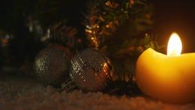 Animatie van kaarsen die met ballenkerstmis branden Vrolijke Kerstmis stock video
